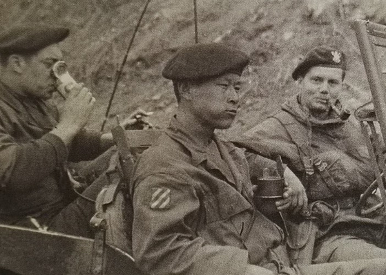 A Korean soldier with Belgian soldiers during the war. [KOREA MILITARY ACADEMY]