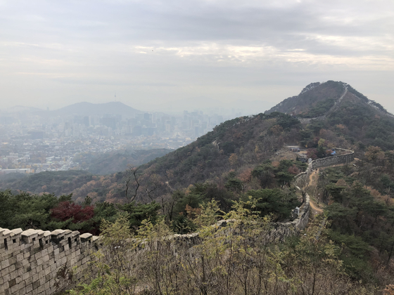 The panoramic view of the Hanyangdoseong, also known as the Seoul Wall, or Hanyang Fortress, can be enjoyed atop a gokjang, or an overhang of the fortress that acts as an observatory. [YIM SEUNG-HYE]