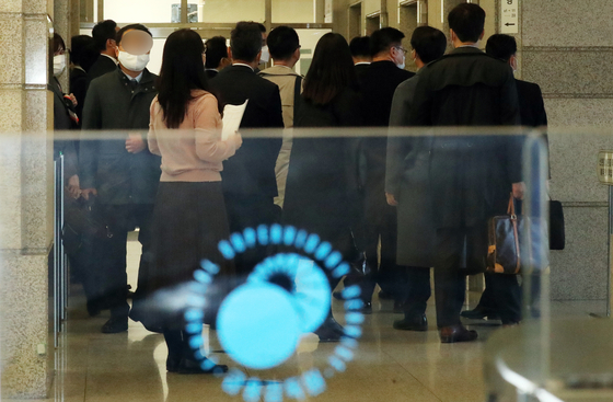 Employees from KB Securities waits to attend the third round of sanctions reviews by the FSS dealing with the sellers of Lime funds on Nov. 10. [NEWS1]