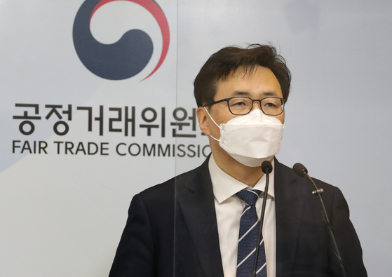 Fair Trade Commission Director Yook Sung-kwon gives a press briefing on Daewoo Shipbuilding & Marine Engineering's 15.3-billion-won ($13.8 million) fine for violating fair trade laws regarding subcontractors, at the Sejong Government Complex, Friday. [YONHAP]