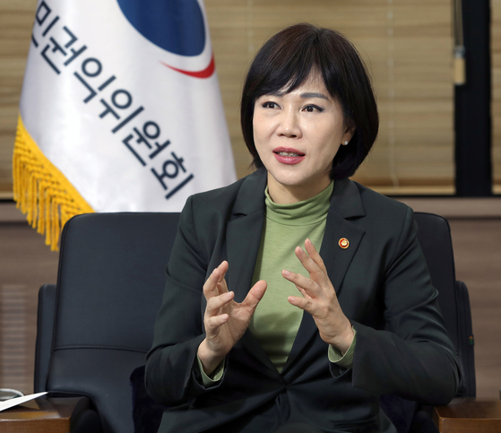 Jeon Hyun-heui, chairperson of the Anti-Corruption and Civil Rights Commission (ACRC), talks about this week's International Anti-Corruption Conference (IACC) and the ACRC's anticorruption efforts during an interview with the Korea JoongAng Daily last Thursday. [PARK SANG-MOON]