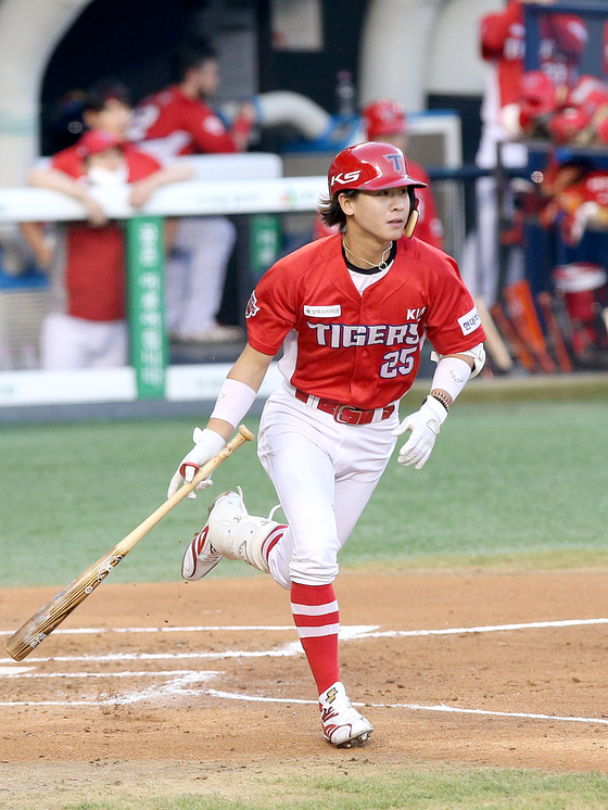 Park Chan-ho of the Kia Tigers runs out of the batting box during a game against the LG Tiwns at Jamsil Baseball Stadium in southern Seoul on Aug. 18. [KIA TIGERS]