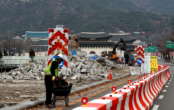 Workers demolish the pavement in Gwanghwamun Square in central Seoul on Sunday. Seoul city government embarked on renovations for a wider plaza and fewer lanes of traffic in the area. [NEWS1]