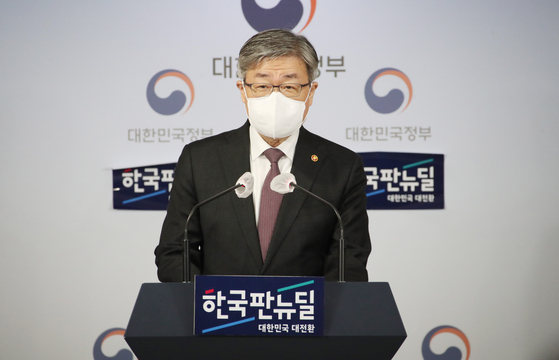 Employment and Labor Minister Lee Jae-kap holds a press briefing at the government complex in Seoul on Monday. [YONHAP]