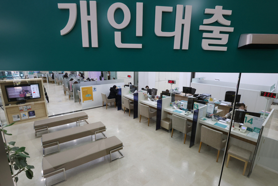 A loan counter sits empty at a bank located in Seoul on Monday, the first day that government restrictions on unsecured loans went into effect. The restrictions are to prevent people from using the borrowed money to purchase property and targets borrowers who earn more than 80 million won ($72,000) in salary and take out unsecured loans exceeding 100 million won. The government will recall the money if the borrowed amount is used to purchase a property. A 40-percent debt service ratio will be applied to new loans from Monday. This means the yearly payments on a loan can not exceed 40 percent of the borrower's salary. [YONHAP]
