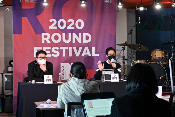 Veteran singer and producer Kim Hyun-chul (left) and Hwang Gook-chan, the chief producer of the festival at the press event for Round 2020 held in Mapo District, western Seoul, on Monday. [ROUND 2020 ORGANIZING COMMITTEE]