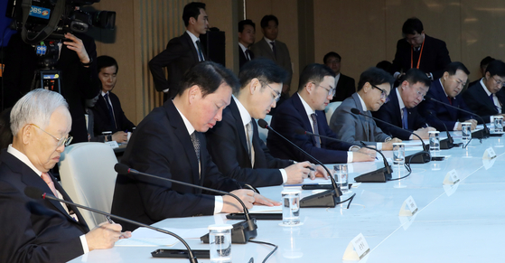 CEOs of local chaebol companies listen to a speech by President Moon Jae-in at the Korea Chamber of Commerce and Industry building in Jung District, central Seoul. [YONHAP]