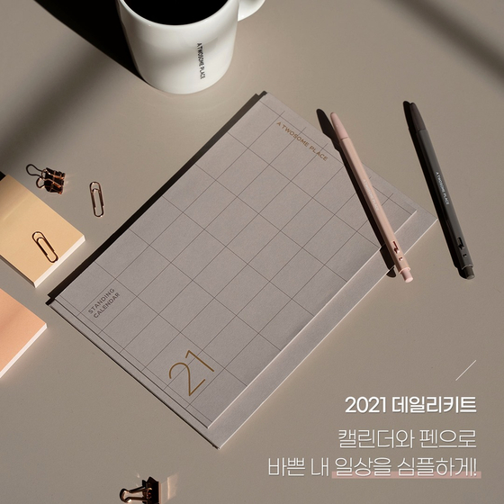 Twosome Place collaborated with local stationery brand Monami to present two sets of practical daily kits, that consist of a planner, tumbler, calendar, pen, mask and a mask strap.[TWOSOME PLACE]