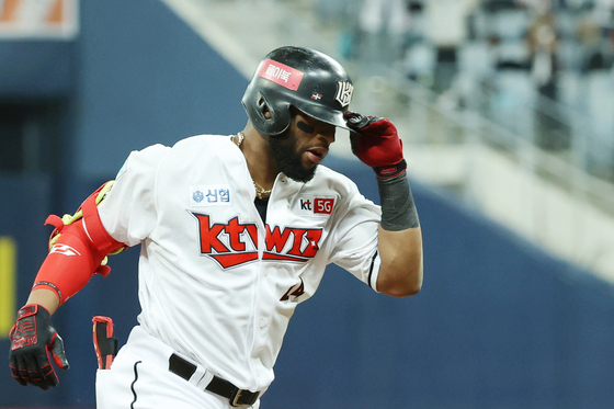 The KT Wiz's Mel Rojas Jr. rounds the bases after hitting a solo home run during a playoff game against the Doosan Bears at Gocheok Sky Dome in western Seoul on Nov. 10. [YONHAP]