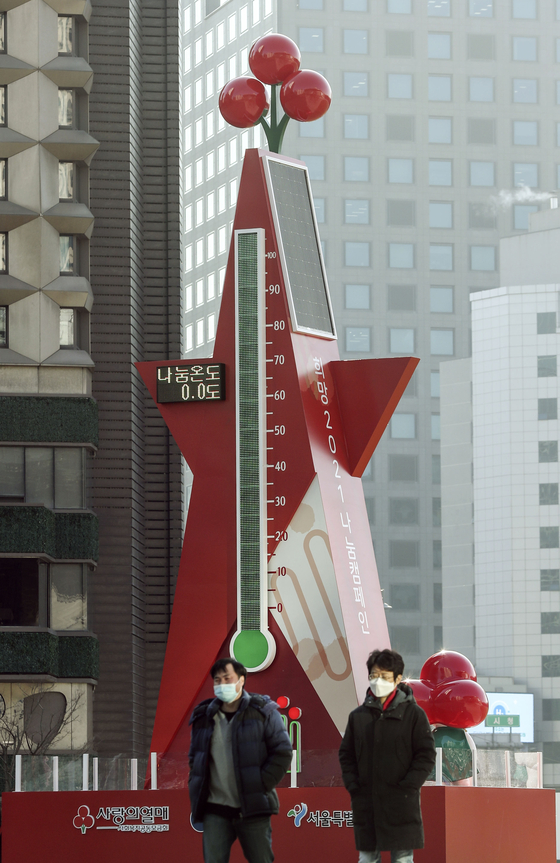 Community Chest of Korea sets up a huge thermometer to display fundraising progress on Seoul Square in front of Seoul City Hall on Monday. The charity organization is kicking off a fundraising campaign through the end of January 2021. [KIM SEONG-RYONG]