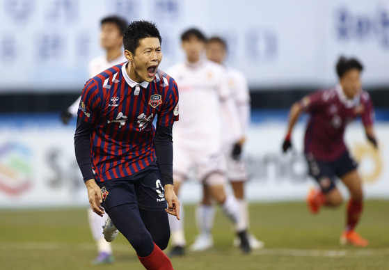 An Byong-jun of Suwon FC celebrates after scoring a penalty in the 99th minute of the promotion playoff against Gyeongnam FC at Suwon Sports Complex in Suwon, Gyeonggi, on Sunday. With the goal, Suwon secured promotion to the K League 1 next season. [YONHAP]