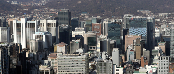A view of downtown Seoul, where the offices of large companies are located. [YONHAP]