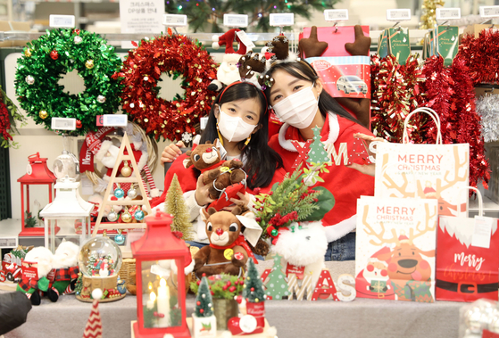 Models show off Christmas decorations at an Emart branch in Yongsan District, central Seoul, on Monday. Emart is offering 20 percent discounts on Christmas decoration for two weeks from Dec. 3 to Dec. 16. [YONHAP]