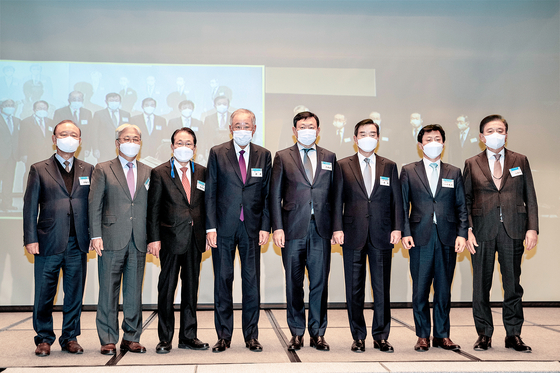 Business leaders and government officials take part in the 52nd Korea-Japan Business Conference Friday at the JW Marriott Hotel in Seoul. The conference was also simultaneously held at the Hotel Okura in Tokyo. [JANG JIN-YOUNG]