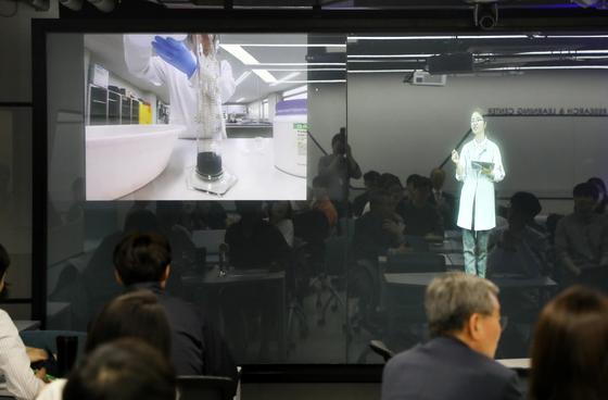 Professor Kim Min-kyoung teaching her chemistry class at Hanyang University using hologram technology. [HANYANG UNIVERSITY]