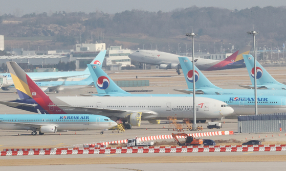 Korean Air Lines and Asiana Airlines aircraft parked at Incheon International Airport on Tuesday. [YONHAP]