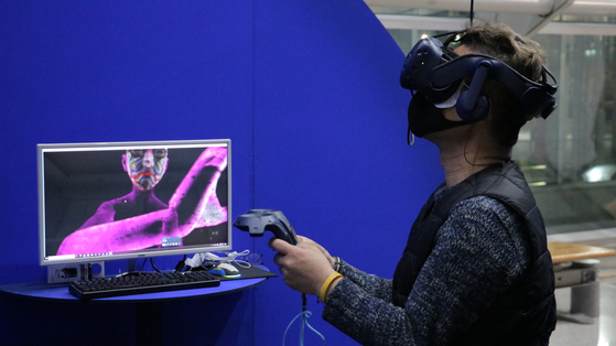 """A user virtually experiences artist Huang Hsin-Chien's """"Bodyless,"""" complete with a headset and remote control. [BIFAN]"""