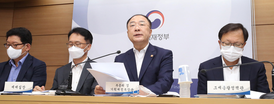 Finance Minister Hong Nam-ki, second from right, announces the tax reform, which included taxing on cryptocurrency investment profits, during a press briefing on July 22 at the government complex in Sejong. [YONHAP]