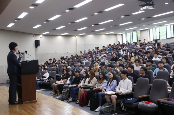 A lecture in Korea University in Seoul in 2017 shows what classes on university campuses used to look like in Korea before the Covid-19 pandemic. [KIM KYUNG-ROK]