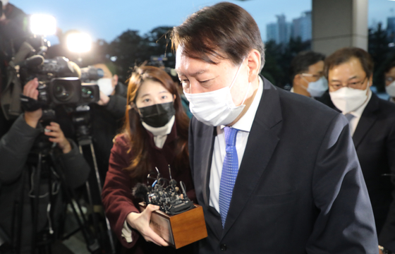 Prosecutor General Yoon Seok-youl enters the Supreme Prosecutors' Office on Tuesday after the Seoul Administrative Court issued an injunction to temporarily lift his suspension. [YONHAP]