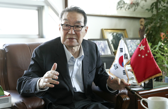 Lee Sei-kee, a former unification minister and head of the Korea-China Friendship Association, talks with the JoongAng Ilbo in his office about how to deal with China on Nov. 4, before he passed away on Nov. 24