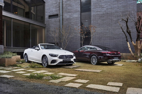 Mercedes-Benz's New E-Class Cabriolet, left, and E 450 4MATIC Coupe are on display. The automaker said Tuesday that it has launched two Coupe models and one Cabriolet. [MERCEDES-BENZ KOREA]
