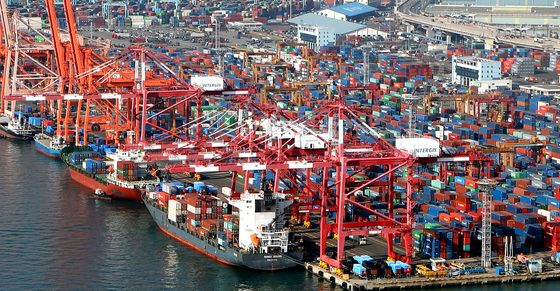 Cargo loaded up on a vessel headed overseas at a port in Busan on Tuesday. The OECD on Tuesday released a revised outlook that slightly lowered Korea's GDP growth for this year. It projected the Korean economy to contract 1.1 percent. In September that contraction was at 1 percent. [YONHAP]