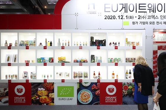 Maria Castillo Fernandez, the European Union's ambassador to Korea, looks at European organic food and beverages on display at Coex in Gangnam District, southern Seoul, on Tuesday during the EU Gateway event. [YONHAP]