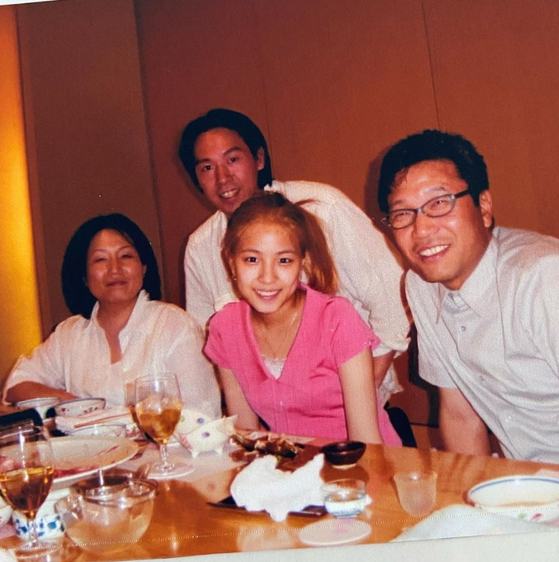 BoA posted a picture of herself from 19 years ago, center, sitting with Lee Soo-man, far right, and former SM Entertainment CEOs Nam So-young, far left, and Kim Young-min. [SCREEN CAPTURE]