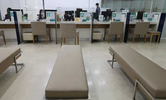 A bank's physical branch in Seoul sits empty. [YONHAP]