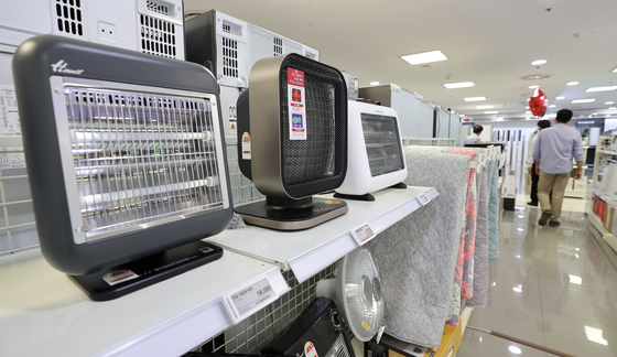 Heaters are displayed on shelves of Lotte Hi-Mart's Seoul station branch in Jung District, central Seoul. [YONHAP]