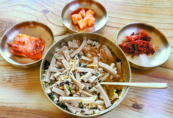 A bowl of acorn jelly can be easily found at restaurants in the village right outside Mount Sobaek. [SOHN MIN-HO]