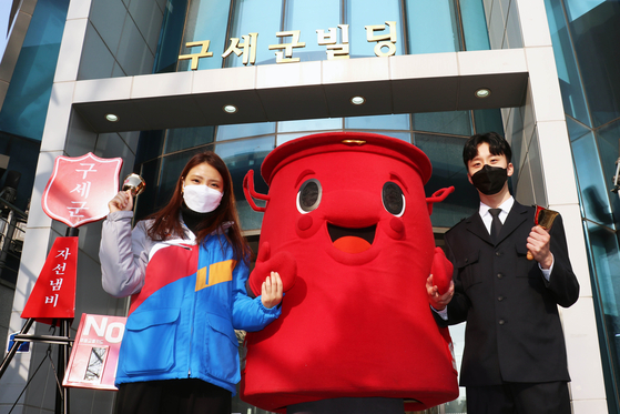 Employees of CJ Logistics and the Salvation Army Korea Territory pose with Salvation Army's mascot in front of Army headquarters in central Seoul on Wednesday. CJ Logistics said Wednesday it will deliver 1,000 boxes of charity-related items, such as charity pots and handbells, to the charity drive locations for free. [YONHAP]