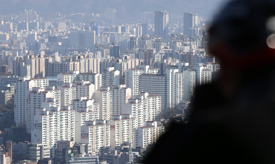 A view of apartment complexes in the Gangbuk area, northern Seoul, on Thursday. According to real estate data from KB Kookmin Bank, the average increase rate of apartment prices in Gangbuk between the January to November period was about 12.79 percent ? exceeding the south side of Han River's 10.56 percent for the first time in 12 years. [YONHAP]