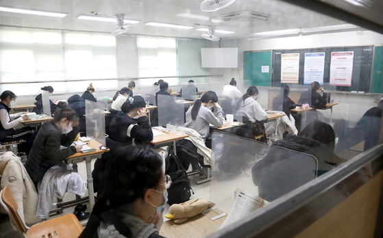 Students gather in a classroom at Daejeon Goejeong High School in Daejeon on Thursday to take the College Scholastic Ability Test (CSAT). [YONHAP]
