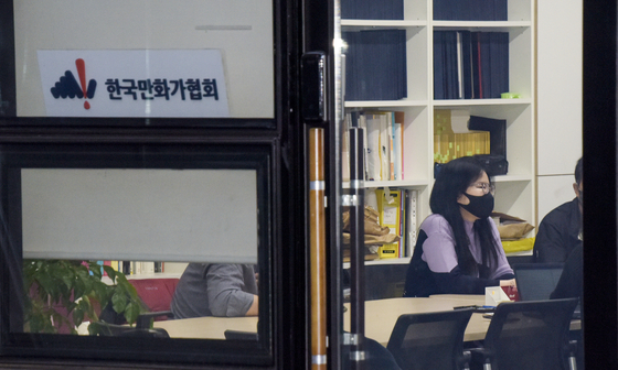 Cartoonist and President of the Korea Cartoonist Association Shin Eel-suk sits down for an interview with the Korea JoongAng Daily at the association's office located in Seongsu District, eastern Seoul. [JEON TAE-GYU]