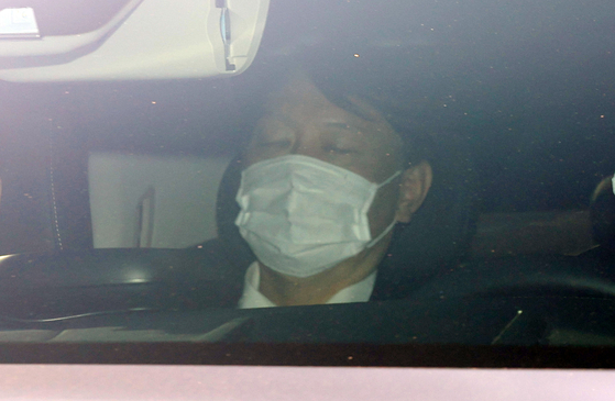 Prosecutor General Yoon Seok-youl, sitting in a car, enters the Supreme Prosecutors' Office on Thursday. [YONHAP]