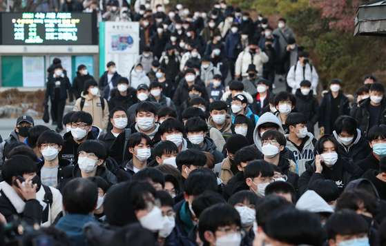 Students walk out of Kyungbock High School in central Seoul after taking the College Scholastic Ability Test (CSAT) on Thursday. [YONHAP]