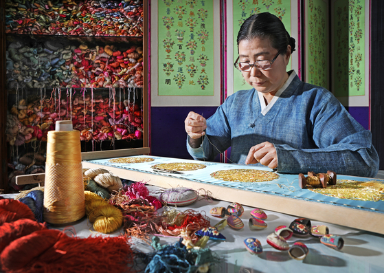 Yoo Hee-soon, master of Korean embroidery, demonstrates the traditional Korean embroidery technique at her atelier in Nowon District, northern Seoul. [PARK SANG-MOON]