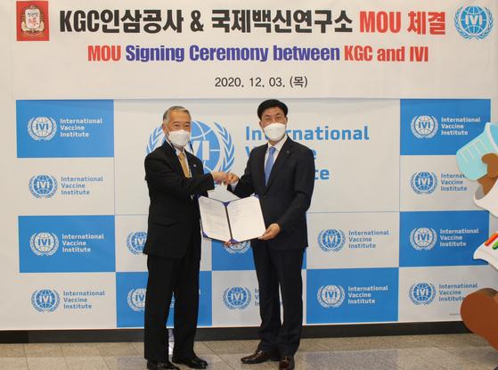 Jerome Kim, director-general of the International Vaccine Institute, left, and Kim Jae-su, CEO of Korea Ginseng Corporation, pose after signing a memorandum of understanding to develop a vaccine adjuvant. [KGC]