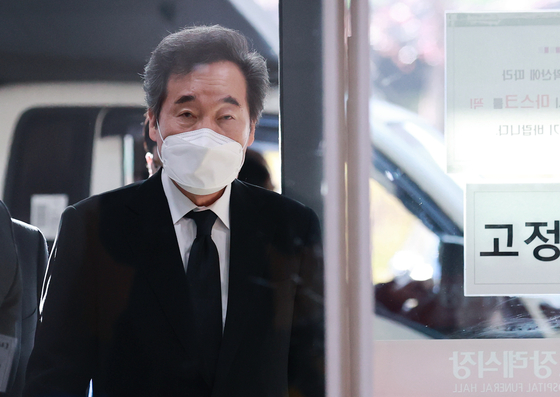 Chairman Lee Nak-yon of the ruling Democratic Party enters a funeral facility of a hospital in Seoul after his longtime aide was found dead in an apparent suicide amid the prosecution's investigation. [YONHAP]