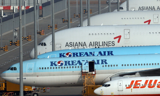 Korean Air Lines and Asiana Airlines aircraft parked at Incheon International Airport on Nov. 16. [YONHAP]
