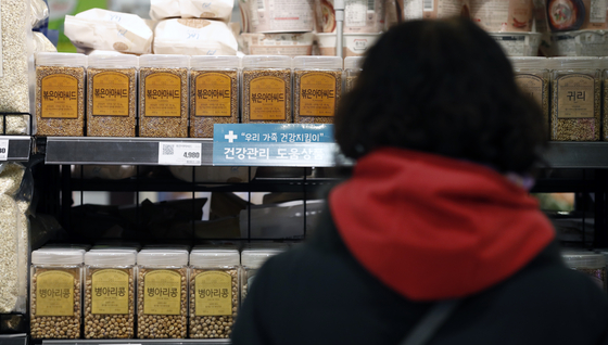 Beans on display at a discount mart in Seoul in November. Prices of beans were up due to the heavy rainfall in summer. [NEWS1]