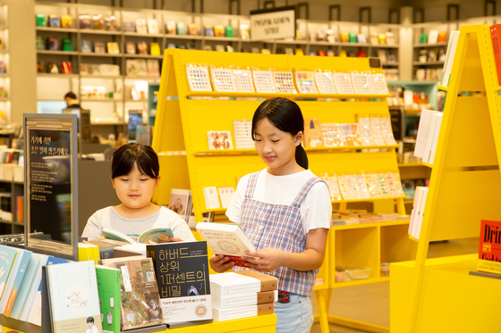 Children are reading books at a Corners store in a Homeplus branch in Geoje-dong in Busan. [HOMEPLUS]