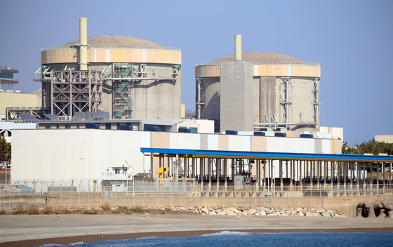 The Wolsong-1 nuclear reactor, right, is located in Gyeongju, North Gyeongsang. The reactor was controversially shut down in October, based on what the Board of Audit and Inspection said was a faulty assessment. [YONHAP]
