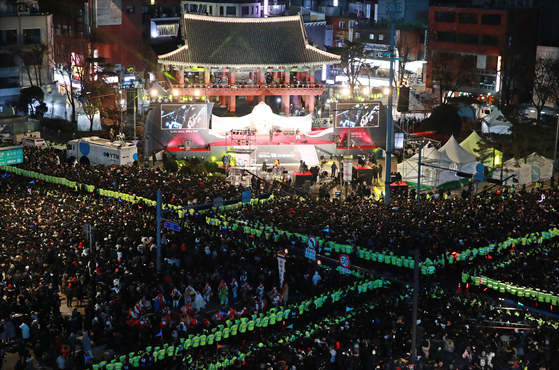 Crowds gather in front of the Bosingak belfry in central Seoul on Dec. 31, 2019, for the annual bell-ringing ceremony to usher in the new year. [YONHAP]