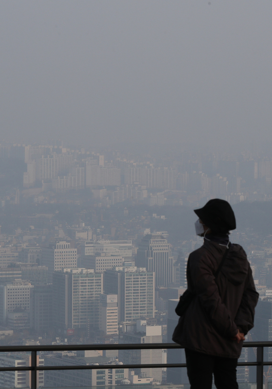 The view of downtown Seoul from Mount Namsan is obscured by smog on Monday as the density of fine dust reaches high levels in the capital area. [NEWS1]