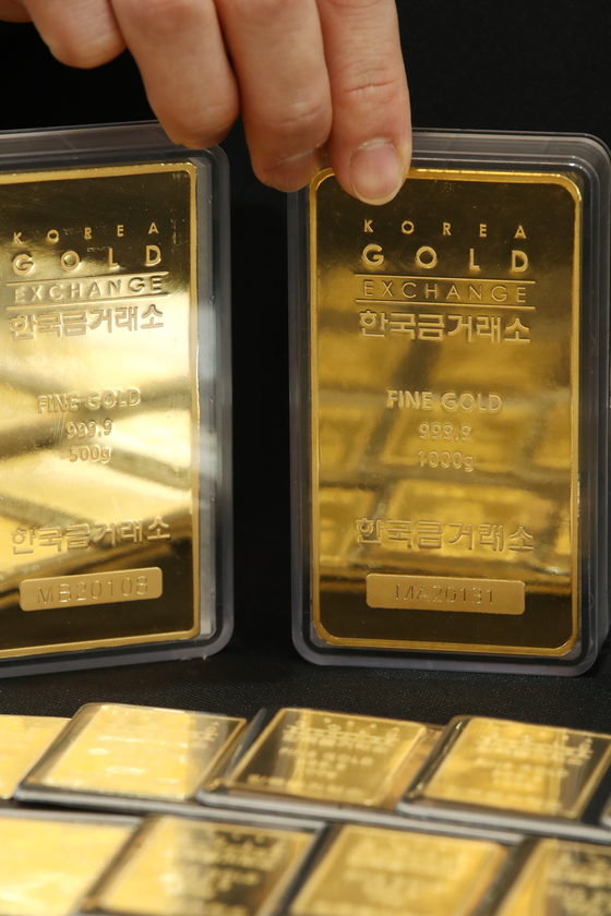Gold bars are displayed at the Korea Gold Exchange in Jongno District, central Seoul, on Monday. As demand for risky assets is showing a continuous upward trend, a gram of gold was priced at 64,320 won ($59.20) on the Korea Exchange on Friday, a 0.8 percent decline from the previous day. Compared to the end of July when it reached an all-time high at 80,100 won, it's 19.7 percent down. [YONHAP]