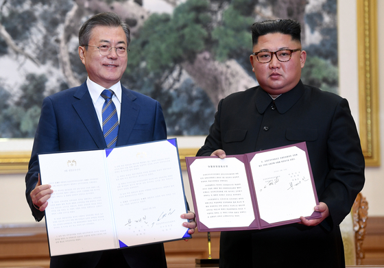 President Moon Jae-in and North Korean leader Kim Jong-un show copies of their joint declaration in Pyongyang on Sept. 19, 2018. [NEWS1]