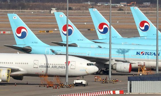 Korean Air Lines and Asiana Airlines aircraft parked at Incheon International Airport on Dec. 1. [NEWS1]
